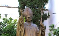 Imagen de san Juan Pablo II en la Plaza de La Virgen de Los Reyes